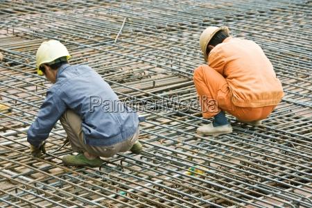 bauarbeiter die an der baustelle arbeiten