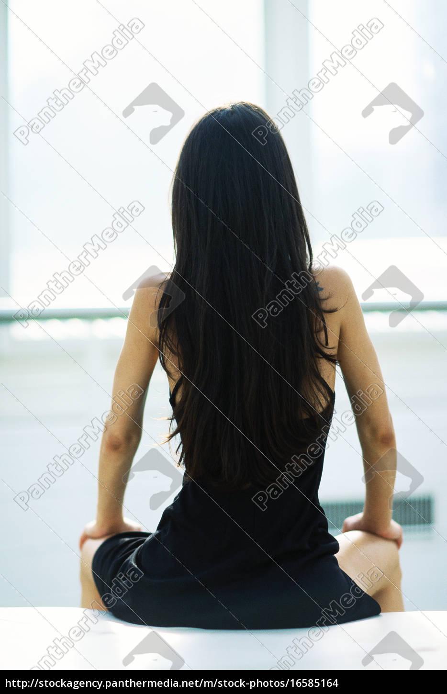 Lizenzfreies Foto 16585164 Frau Vor Fenster Mit Gespreizten Beinen Rückansicht