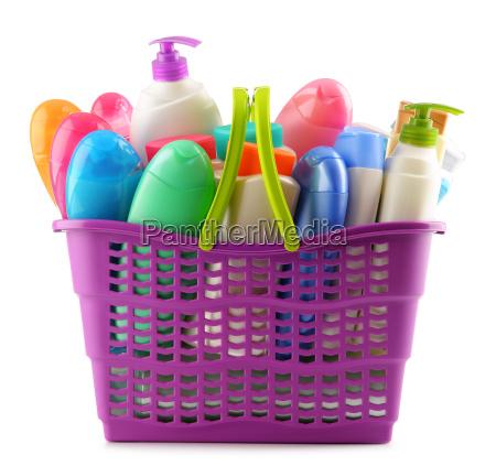 einkaufskorb mit koerperpflege und schoenheitsprodukten auf