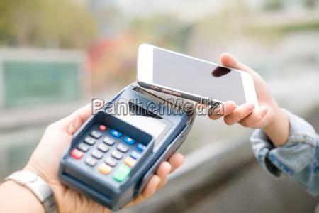 kunden mit handy fuer pay durch
