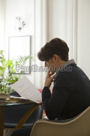 mann liest ueber arbeitsvertrag