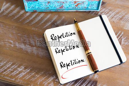 geschriebener text wiederholung wiederholung wiederholung