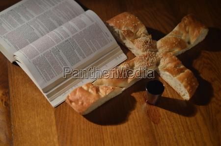 abendmahl mit bibel brot in form