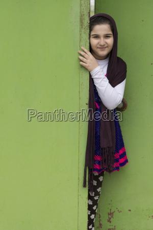 portrait einer schoenen muslimischen maedchen vor