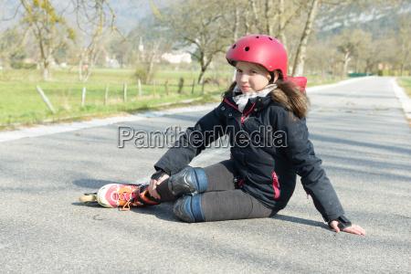 junge attraktive teenager skater in schmerzen