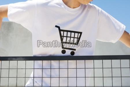 tragendes t shirt des jugendlichen druckte