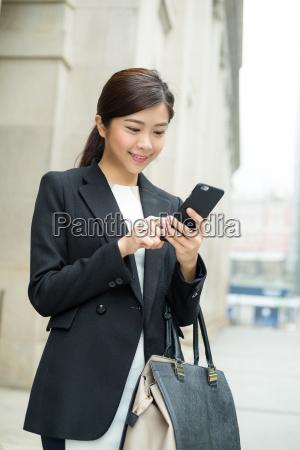 business frau antwortet sms auf handy
