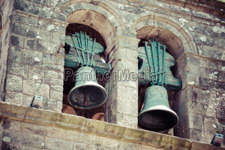 zwei glocken in einer kirche