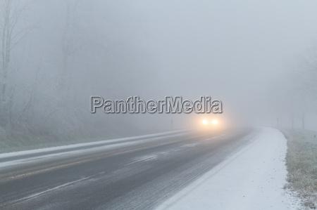 winterliche fahrbahn strasse