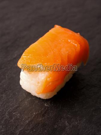 sushi nigiri mit rohem lachs