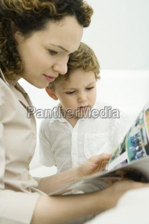 mutter und kleinkind sohn lesen comic