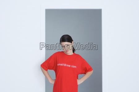 jugendliches maedchen tragen t shirt bedruckt