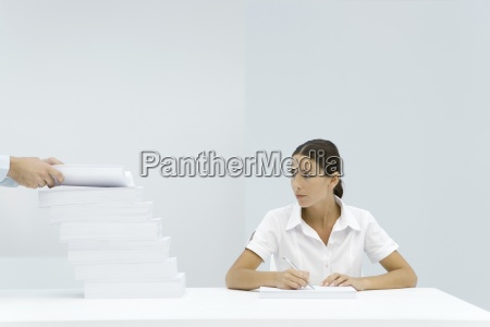 frau buero frauen schreibtisch innenraum arbeitsplatz
