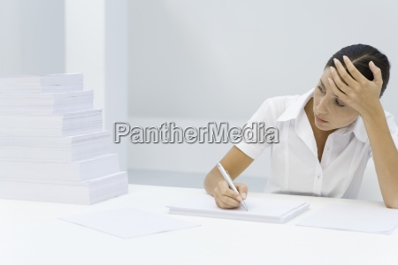 frau buero frauen schreiben schreibend schreibt