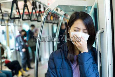 passagier unwohlsein mit gesichtsmaske innerhalb zugab