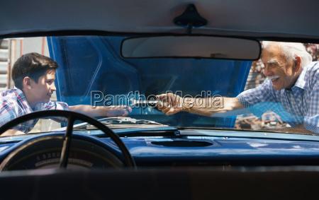 alter mann grossvater der auto motor
