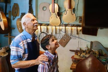 old man opa zeige gitarre boy