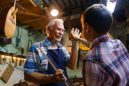 aelterer mann lute maker teaching boy