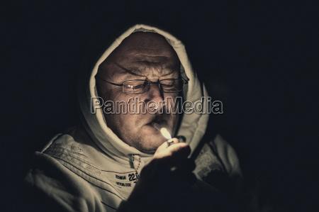 raucher mit leichter in der nacht