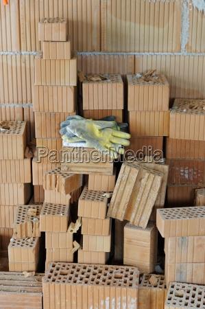 arbeitshandschuhe auf einem stapel ziegelsteine u200bu200ban