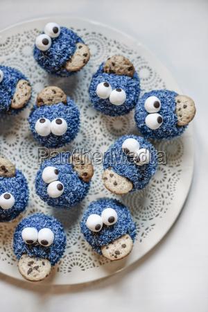 cookie monster muffins auf einem teller