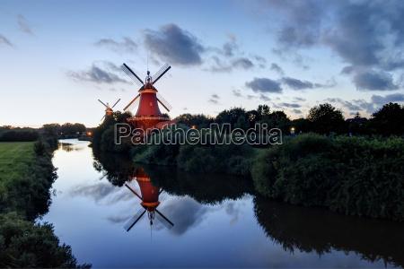 deutschland niedersachsen greetsiel traditionellen windmuehlen im