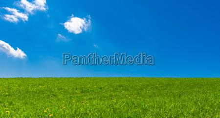 landschaft mit blauem himmel