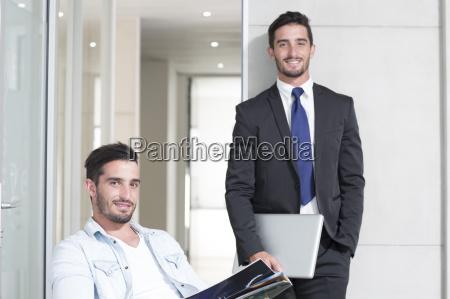 beilaeufig und formal gekleidete zwillingsmaennchen im