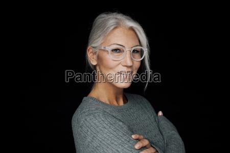 portrait der laechelnden frau mit brille