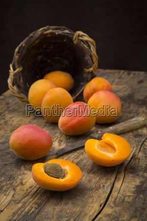 in scheiben geschnitten und ganze aprikosen
