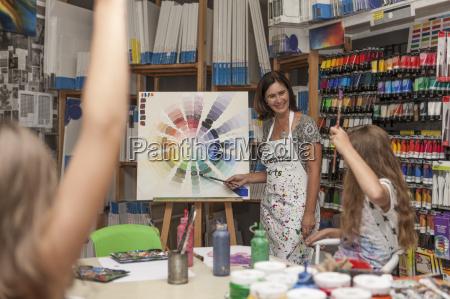 zwei kinder in einer kunst klasse
