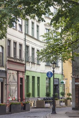 lettland riga strasse mit strassencafes in