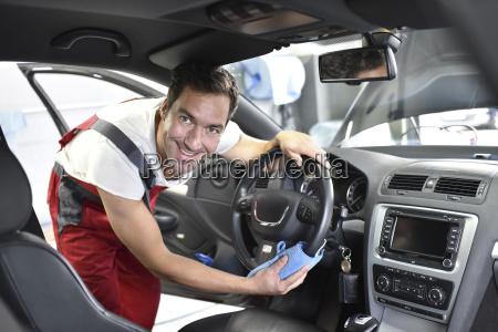 autoreinigung mann reinigung auto fahrzeuginnenraum