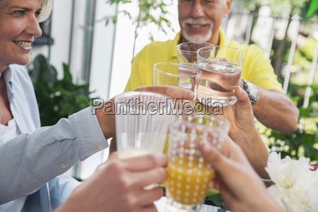 familie mit wasser und saft toasten
