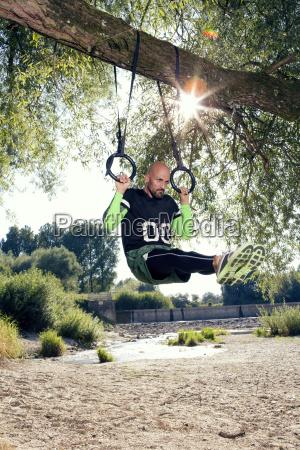 mann macht crossfit UEbung auf ringen