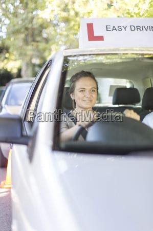 jugendliche die in einer fahrschule auto