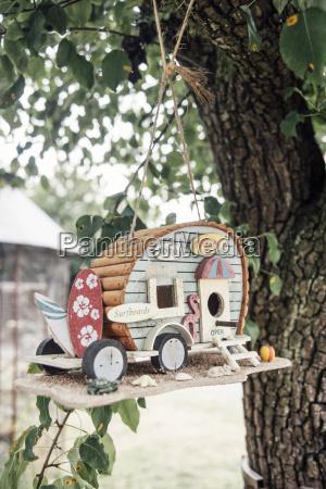 caravan vogel haeuser in einem baum