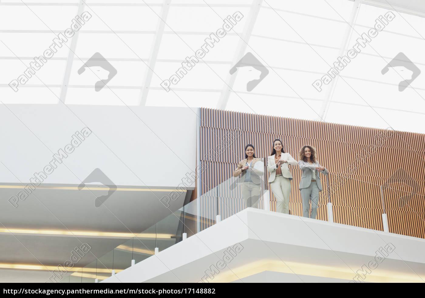 porträt, lächelnder, geschäftsfrauen, die, auf, dem, balkon - 17148882