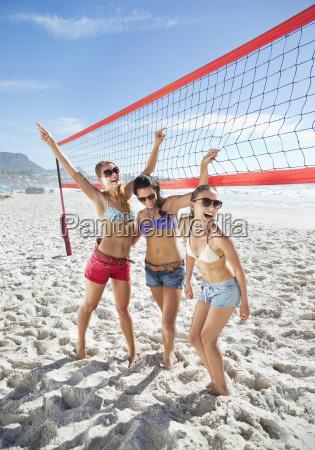 glueckliche freunde auf strand volleyballplatz