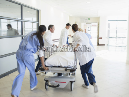 AErzte stuerzen patienten auf bahre krankenhaus