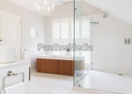 kronleuchter ueber badewanne im modernen badezimmer