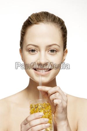 frau trinkt glas vitamine