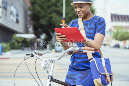 laessige geschaeftsfrau mit digitalen tablette auf
