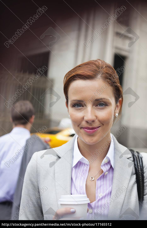 geschäftsfrau, lächelt, auf, der, stadtstraße - 17165512
