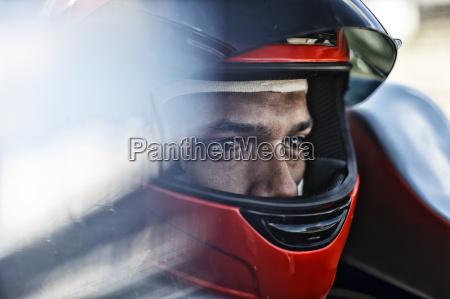 racer sitzen im auto
