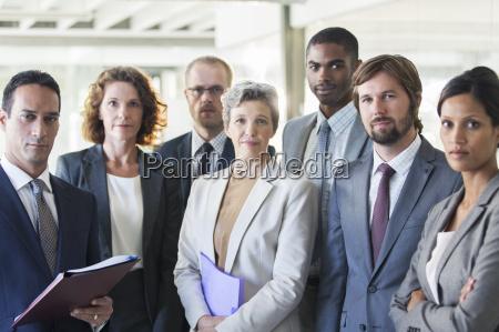 gruppenbild der erfolgreichen office team stehen