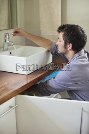 klempner arbeiten auf waschbecken