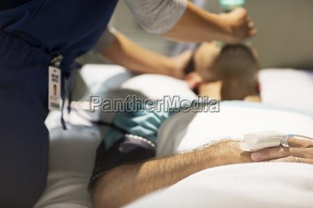 arzt mediziner medikus bett horizontal krankenhaus