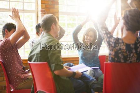 menschen klatschen in gruppentherapie sitzung