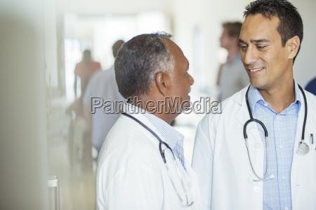 AErzte sprechen im flur des krankenhauses